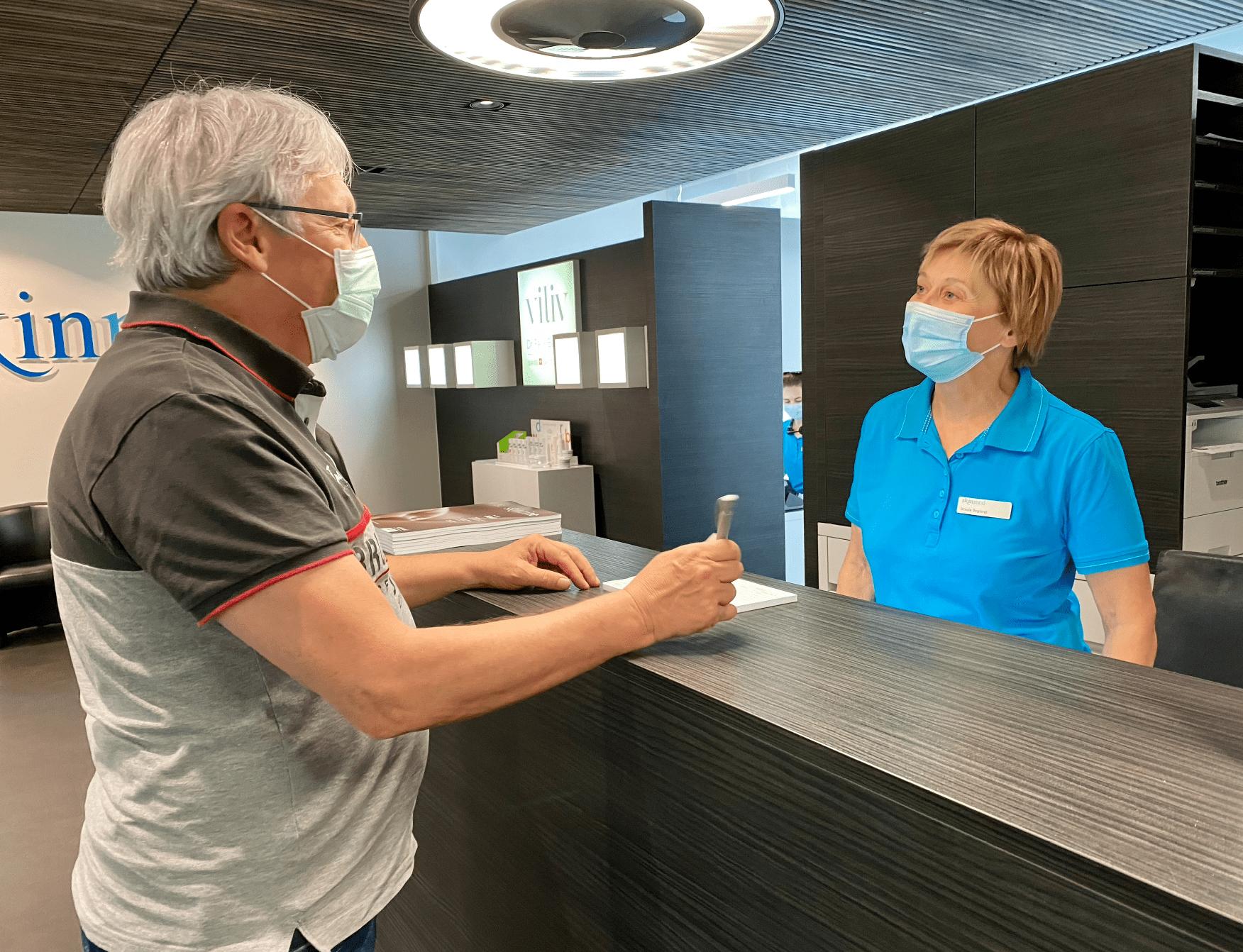 MPA und Patient am Frontdesk